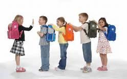 Đặc biệt việc đeo balo sai ảnh hưởng rất lớn tới trẻ em