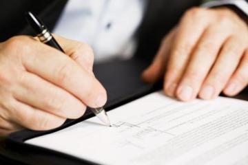 (Kí hợp đồng thỏa thuận giữa khách hàng và nhà sản xuất)