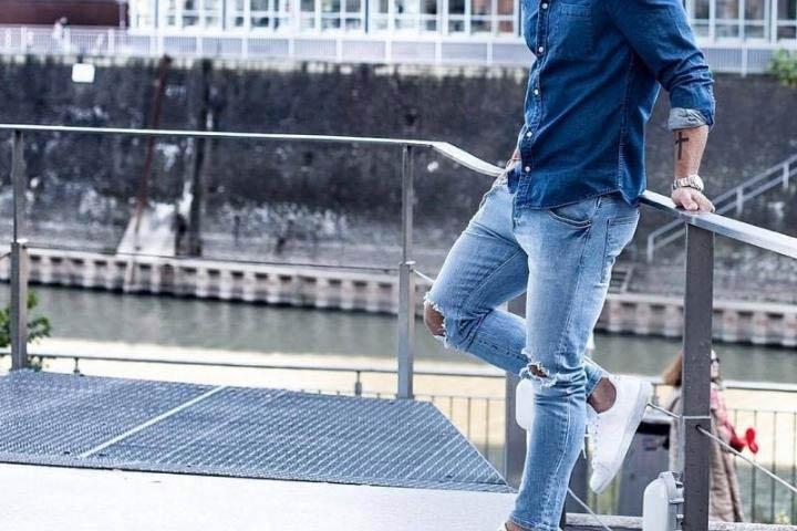 Giày thể thao màu trắng với quần jean