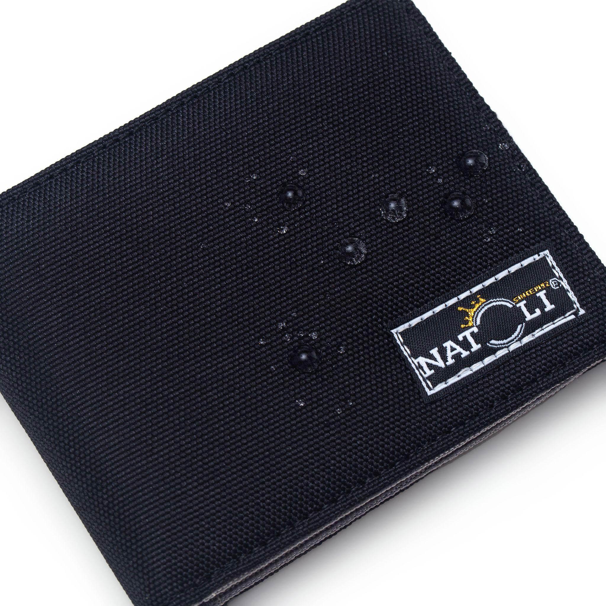 Logo trên ví được thêu tỉ mỉ rõ nét