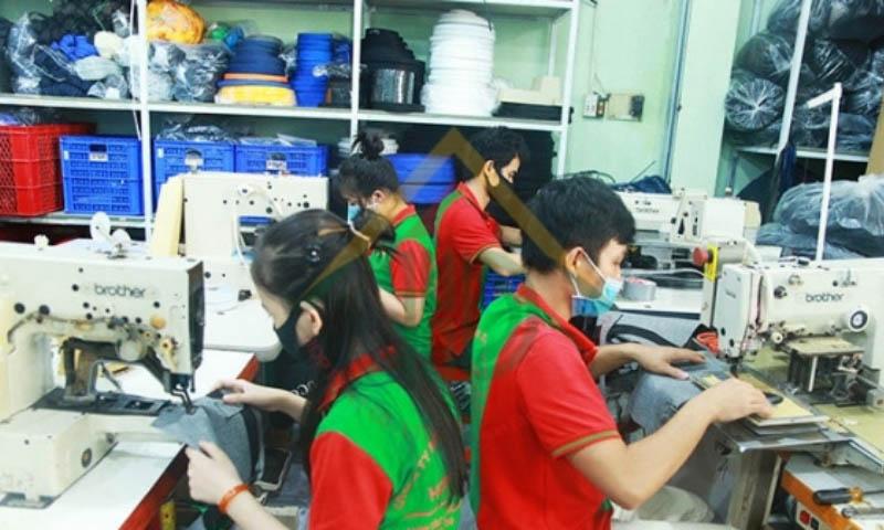 Quy trình sản xuất ví của May Hợp Phát diễn ra rất chuyên nghiệp