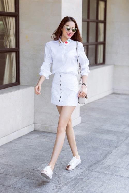 Outfit sơ mi kiểu cùng chân váy rất thích hợp với những chiếc túi đơn giản