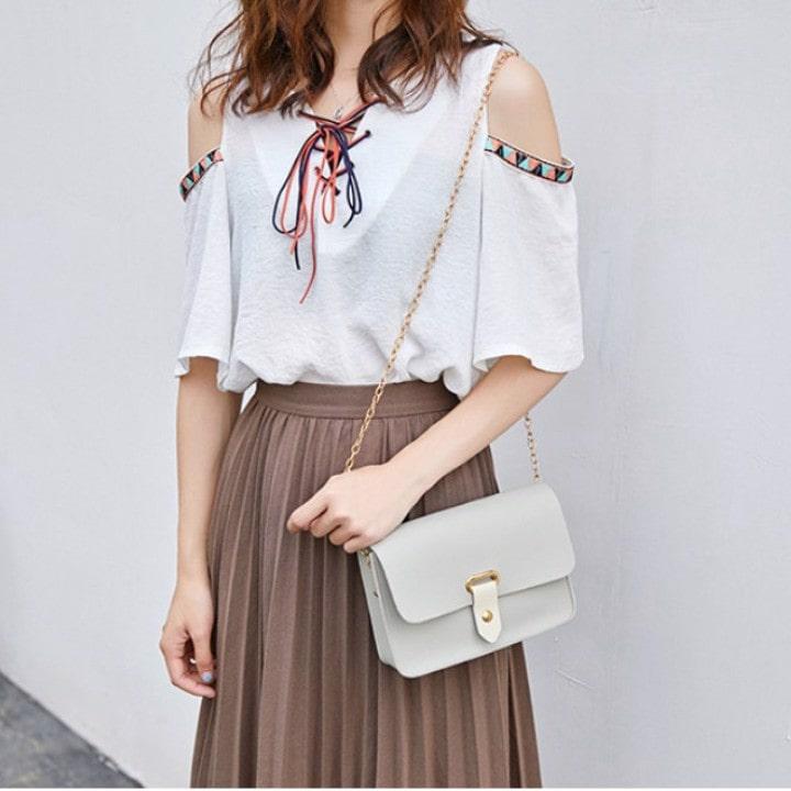 Túi đeo chéo sẽ giúp bạn trông nữ tính hơn khi dạo phố