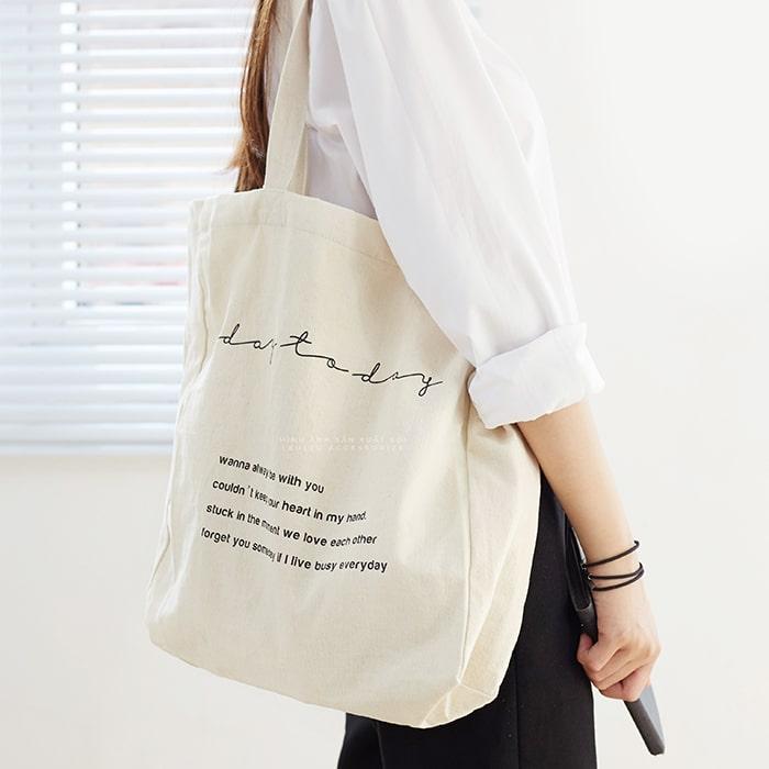 Túi tote bằng vải sẽ giúp bạn trông cá tính hơn khi xuống phố